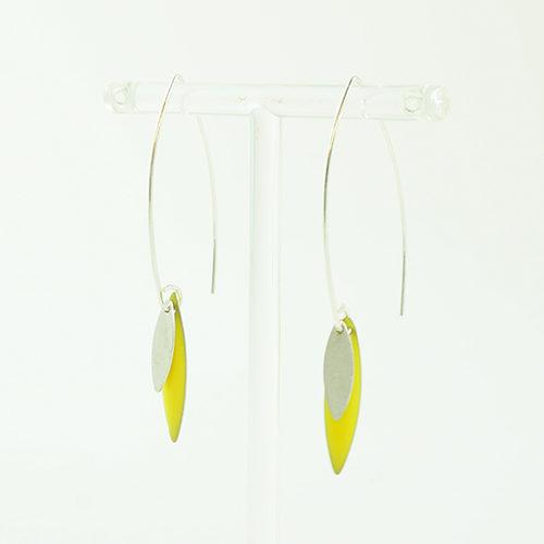 boucle d'oreille émail argenté Sonia jaune sur fond blanc