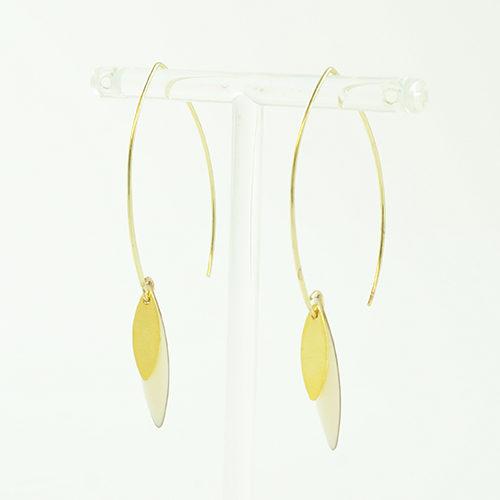 boucle d'oreille émail doré Sonia blanc sur fond blanc