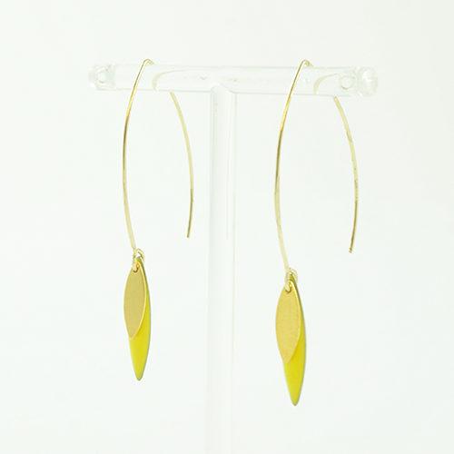 boucle d'oreille émail doré Sonia jaune sur fond blanc