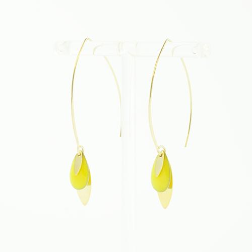 boucle d'oreille email doré lea jaune sur fond blanc