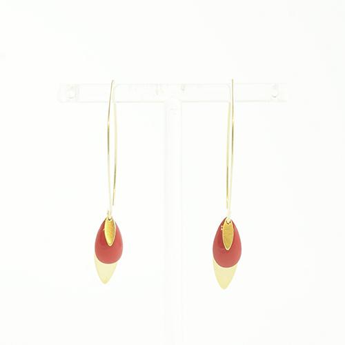 boucle d'oreille émail doré lea rouge sur fond blanc