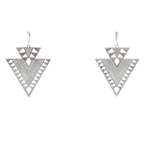 boucle d'oreille plaqué argent arrow en forme de triangle portée par une femme