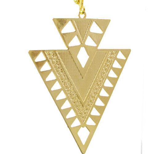 boucle d'oreille plaqué or arrow en forme de triangle sur fond blanc