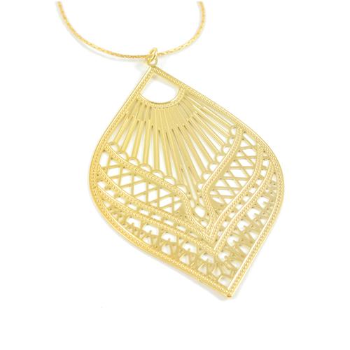 collier plaqué or ela en forme de feuille sur fond blanc