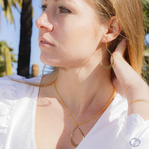 collier plaqué or marion en forme de goute portée par une femme
