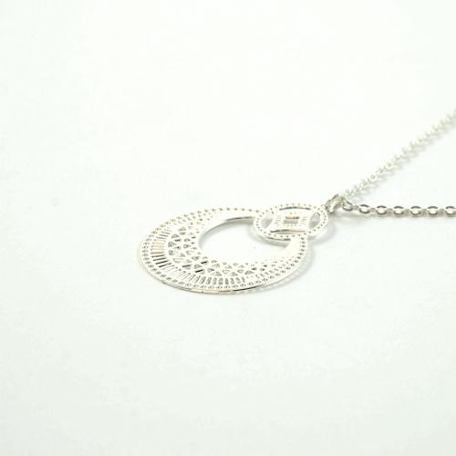 collier plaqué argent boheme en forme de rond sur fond blanc