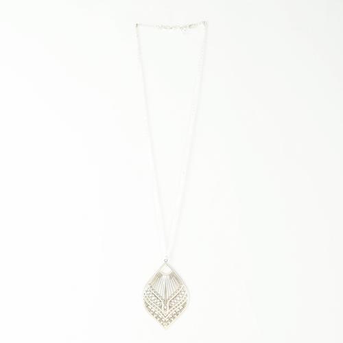 collier plaqué argent Ela en forme de feuilles sur fond blanc