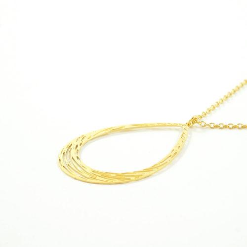 collier plaqué or marion en forme de goute sur fond blanc