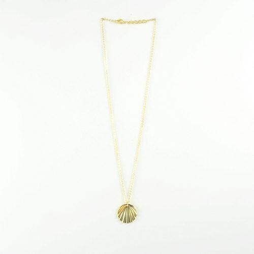collier plaqué or shell en forme de coquillage sur fond blanc