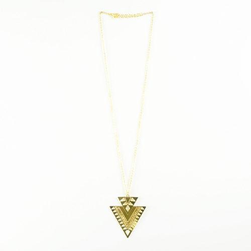 collier plaqué or arrow e forme de triangle sur fond blanc