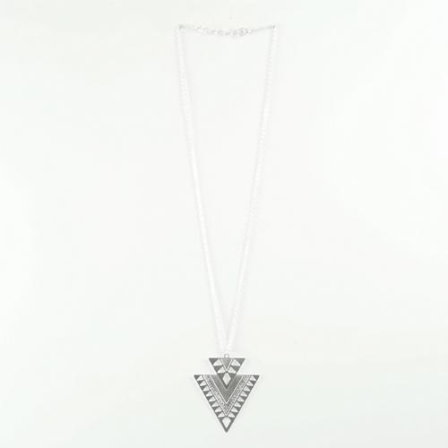 collier plaqué argent arrow en forme de triangle sur fond blanc