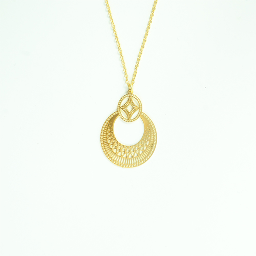collier plaqué or boheme en forme de rond sur fond blanc