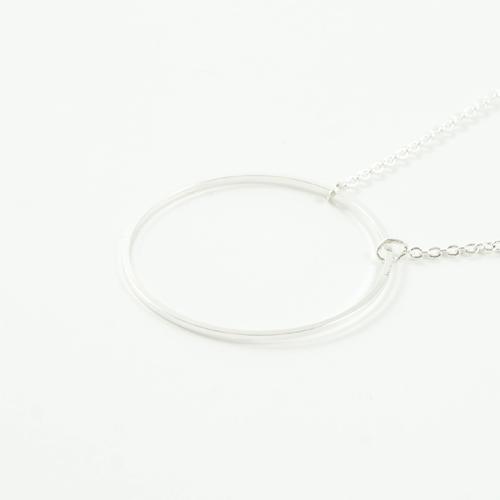 collier plaqué argent rond en forme de cercle sur fond blanc