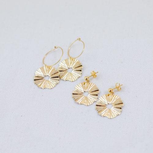 boucles d'oreilles créoles plaqué or romy en forme de fleur sur fond blanc