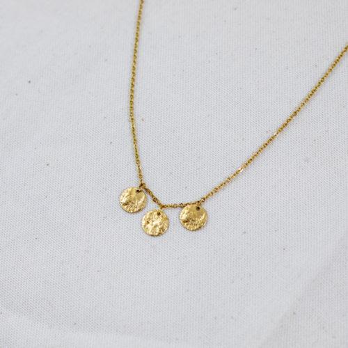 collier acier inoxydable formé par 3 cercle doré sur fond blanc