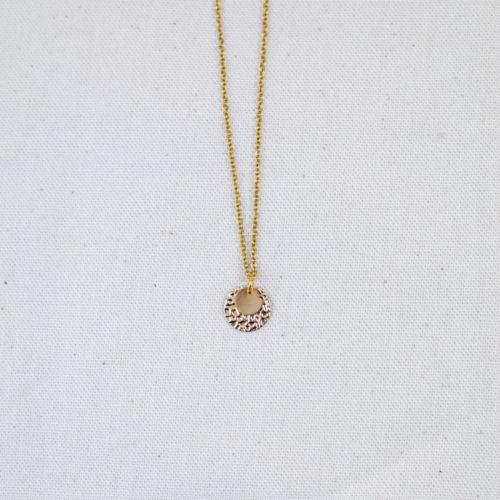 collier acier inoxydable en forme rond doré sur fond blanc
