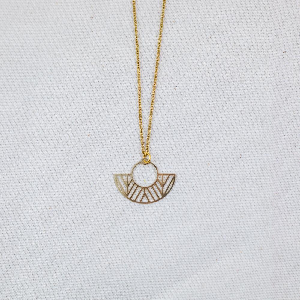 collier acier inoxydable en forme d'éventail et de ronddoré sur fond blanc