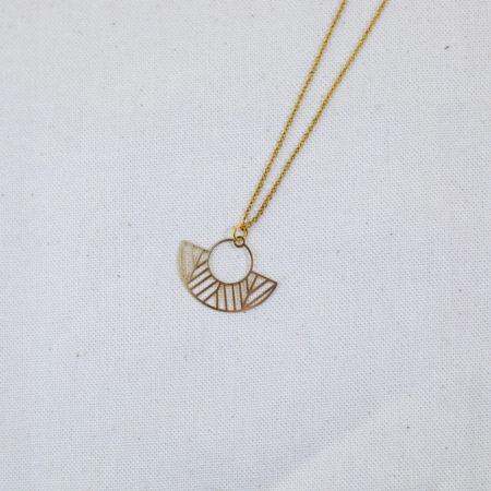 collier acier inoxydable en forme d'éventail et de rond doré sur fond blanc