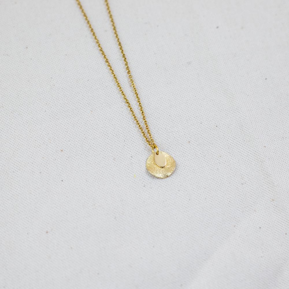 collier acier inoxydable doré formé par un rond et une pampille