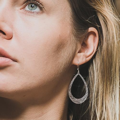 boucle d'oreille plaqué argent marion en forme de goute portée par une femme