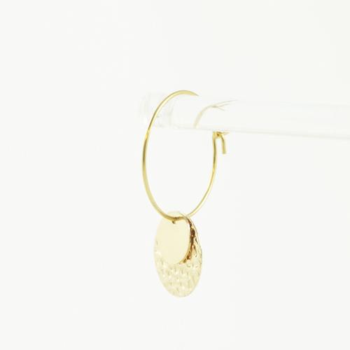 boucle d'oreille acier inoxydable doré mariel en forme de goute sur fond blanc