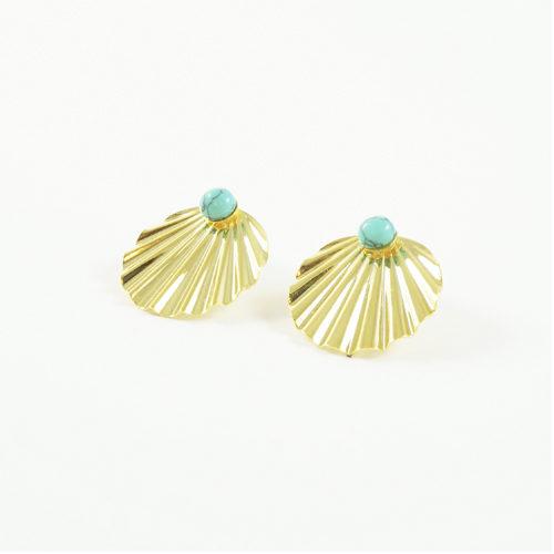 boucles d'oreille plaqué or shell en forme de coquillages avec pierre turquoise sur fond blanc