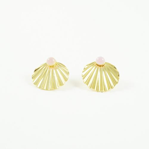 boucles d'oreille plaqué or shell en forme de coquillages avec pierre quartz rose sur fond blanc