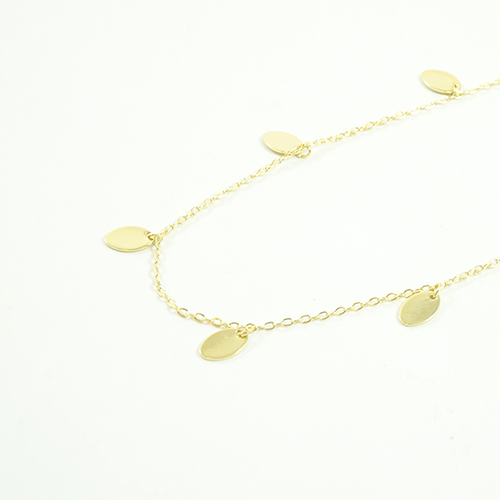 collier plaqué or meg en forme de guirlande de medaillons sur fond blanc