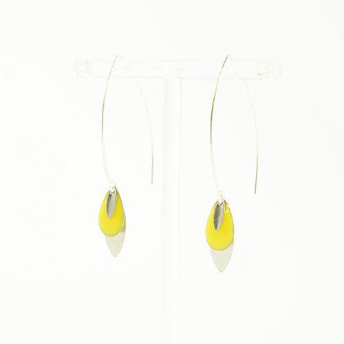 boucle d'oreille émail argenté lea jaune sur fond blanc