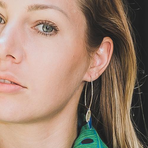 boucle d'oreille émail doré sonia pleu petrole portée par une femme