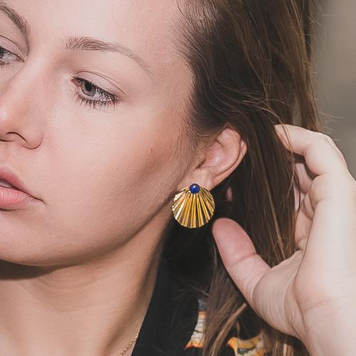 boucles d'oreilles puces plaqué or shell en forme de coquillages avec une pierre fine lapilazuli sur fond blanc