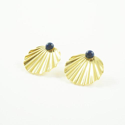 boucles d'oreilles puces plaqué or shell en forme de coquillages avec une pierre fine lapi_lazuli sur fond blanc