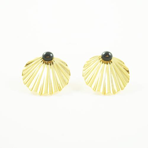 boucle d'oreilles puces plaqué or, shell en forme de coquillages pierre agate noir sur fond blanc