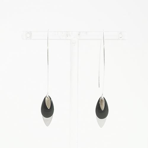 boucle d'oreille émail argenté léa noir sur fond blanc
