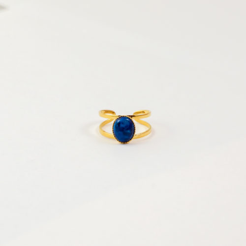 bague plaqué or denise bleu, pierre jade bleu sur fond blanc