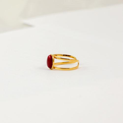 bague plaqué or denise rouge, jade rouge sur fond blanc