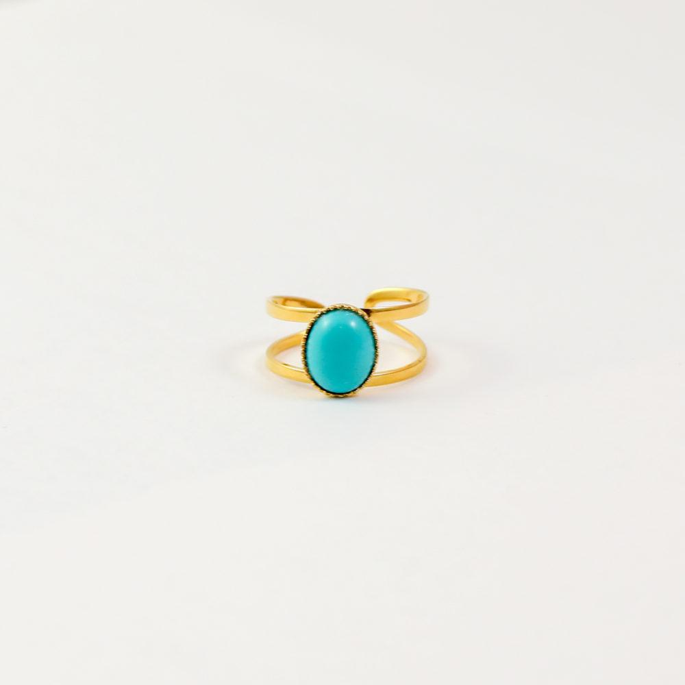 bague plaqué or denise bleu turquoise, pierre turquoise sur fond blanc