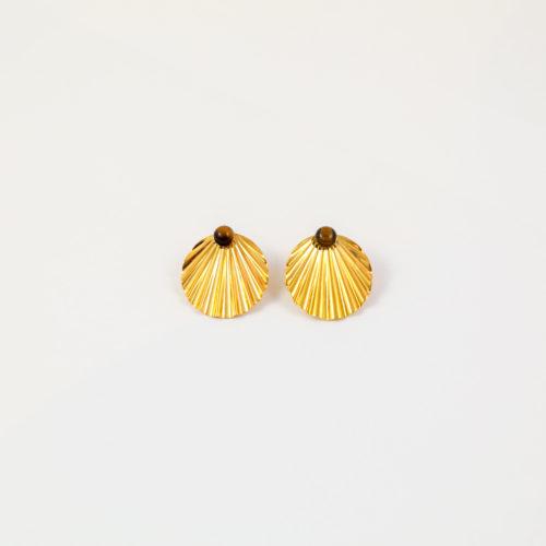 boucles d'oreilles puces plaqué or shell en forme de coquillages avec une pierre fine oeil de tigre sur fond blanc