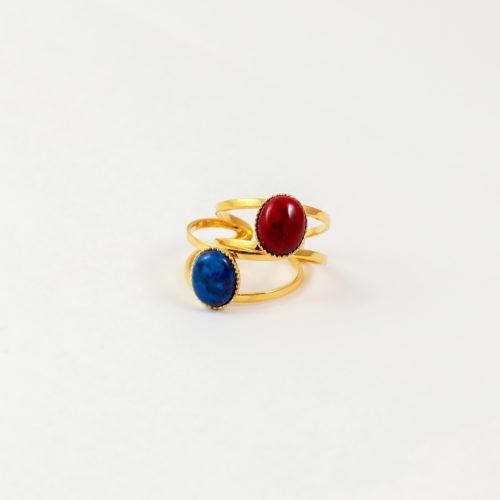 deux bagues plaqué or denise rouge et bleu, jade rouge et jade bleu sur fond blanc