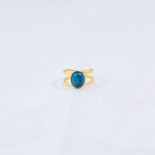 bague plaqué or double pierre bleue, agate bleue sur fond blanc