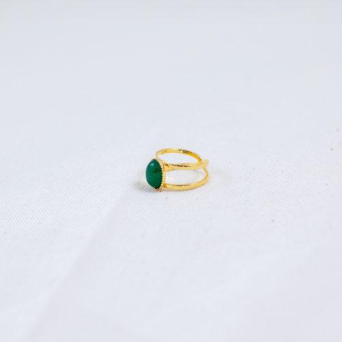 bague plaqué or pierre verte, agate verte sur fond blanc