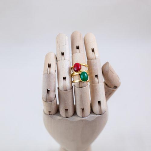 bague plaqué or denise pierre verte, agate vert et pierre rouge, agate rouge sur main en bois