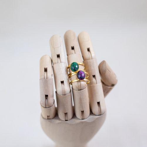 bague en plaqué or denise verte Ruby zoisite porté par une main en bois