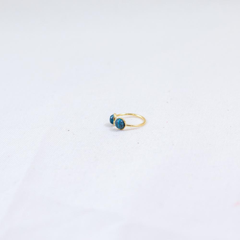 bague plaqué or double pierre bleu, agate bleu sur fond blanc