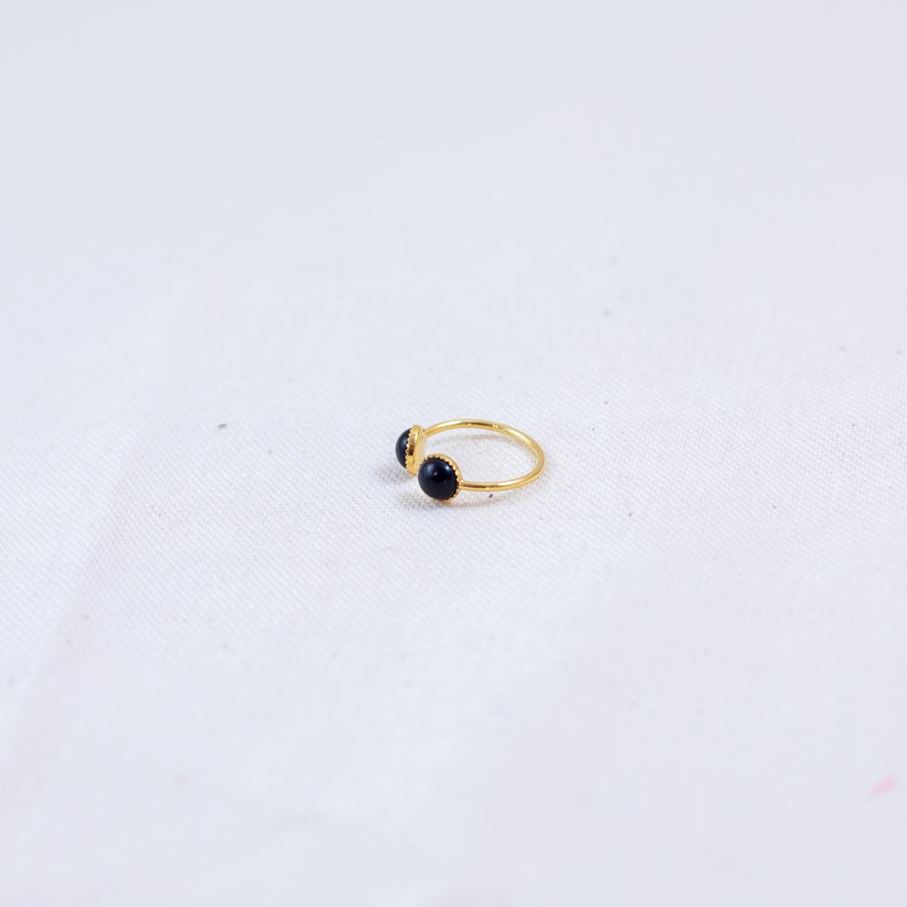 bague plaqué or dora double pierre noire, agate noire sur fond blanc