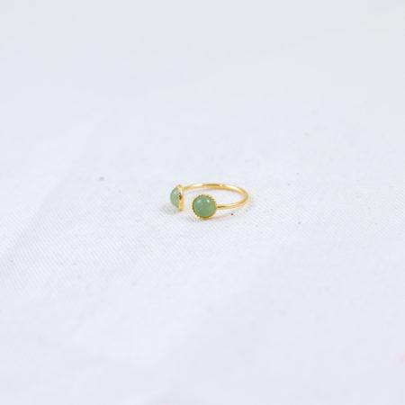 bague plaqué or double pierre verte, aventurine sur fond blanc