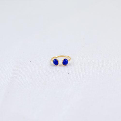 bague plaqué or double pierre bleu, lapi-lazuli sur fond blanc