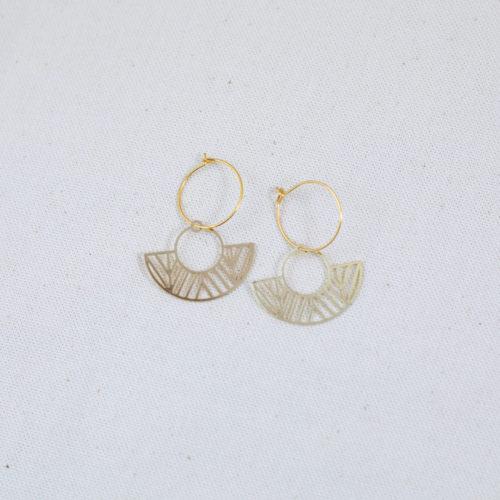 boucle d'oreille acier inoxydable doré eve en forme de rond et d'éventail sur fond blanc