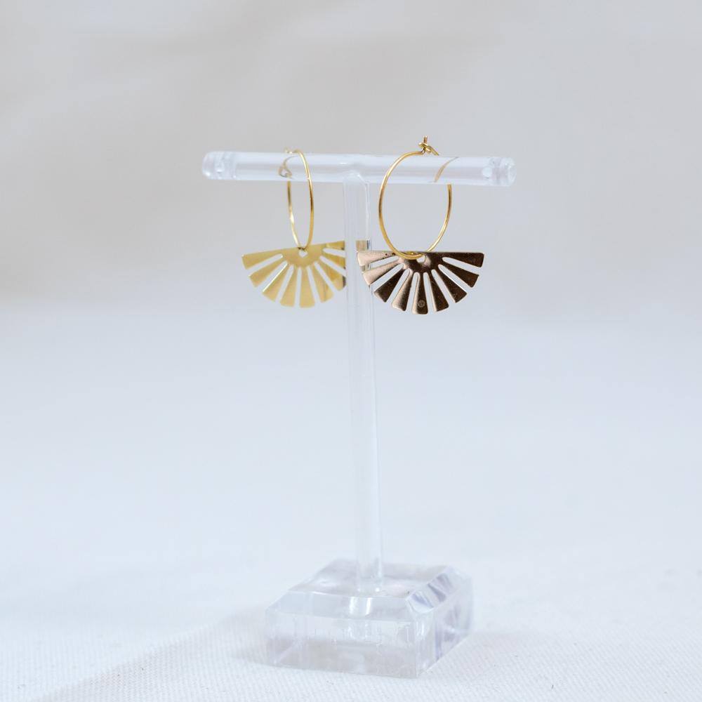 boucle d'oreille acier inoxydable doré mariel en forme d'éventail sur fond blanc