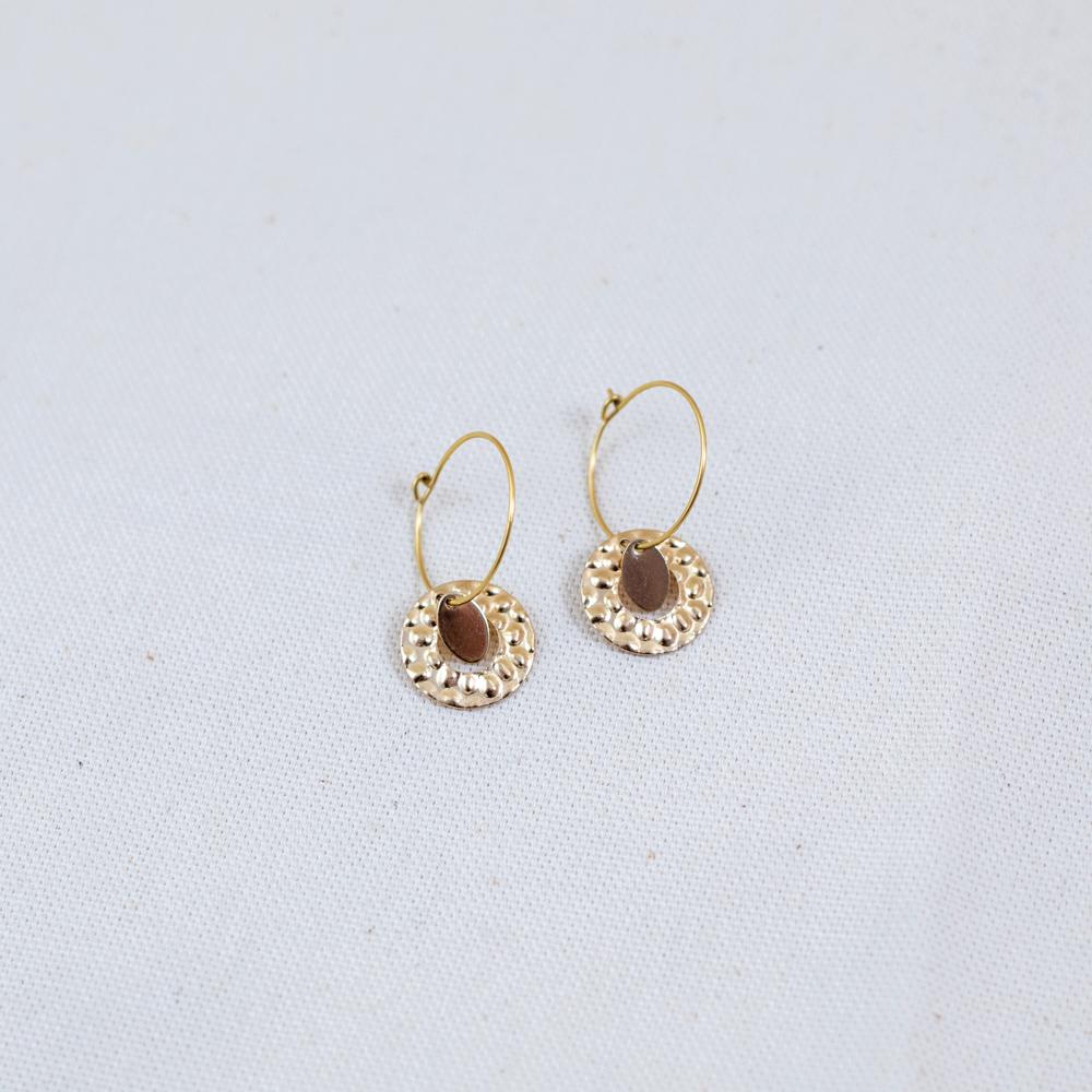 boucle d'oreille acier inoxydable doré mariel en forme de rond sur fond blanc